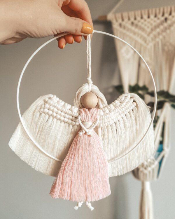 Anioł ze sznurka w metalowej obręczy